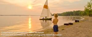 Bateau a voile avec enfant observant couche au soleil | Sailboat sunset boy watching
